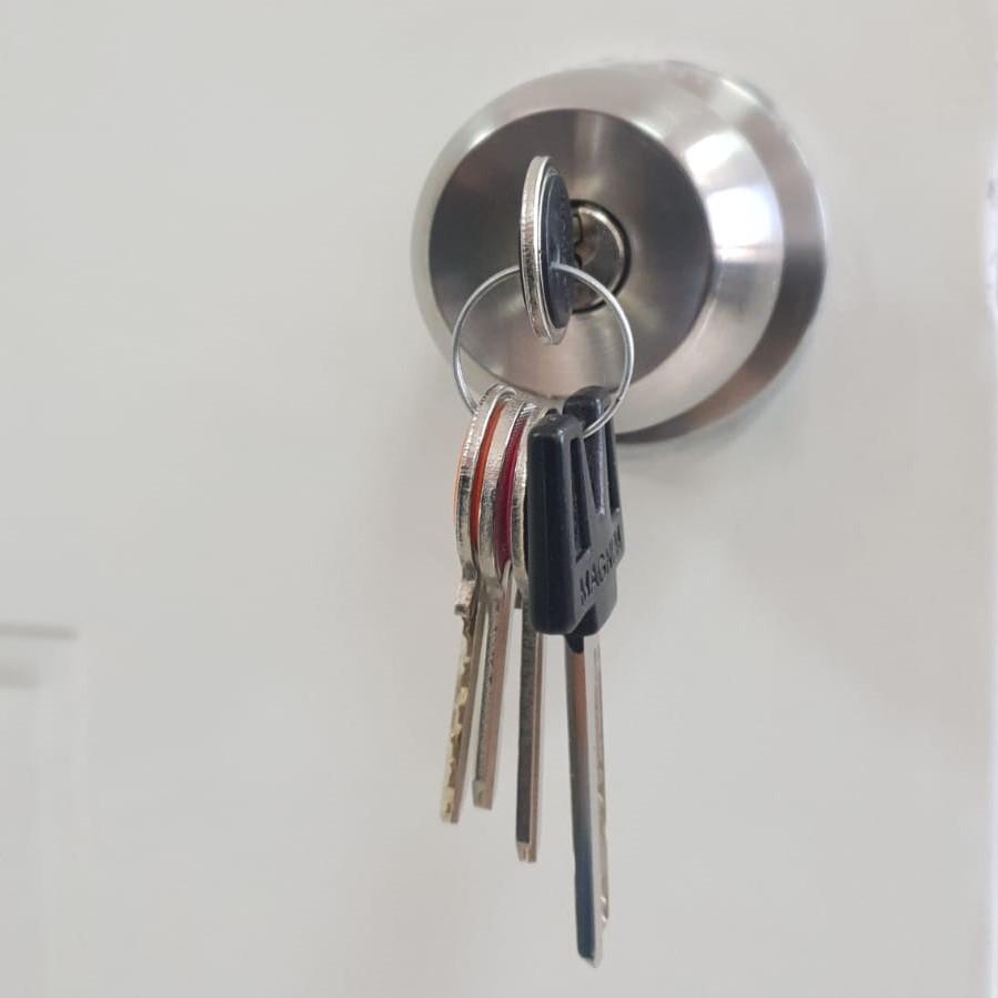 תמונת מפתחות בתוך מנעול הדלת לאחר סיום העבודה - המנעולן שלך - פורץ מנעולים בתל אביב