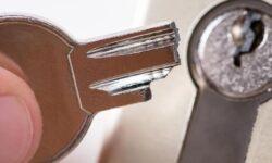 3 שיטות לשחרר מפתח שנתקע בחור המנעול