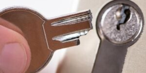 מפתח שנתקע במנעול המנעולן שלך פורץ מנעולים בתל אביב